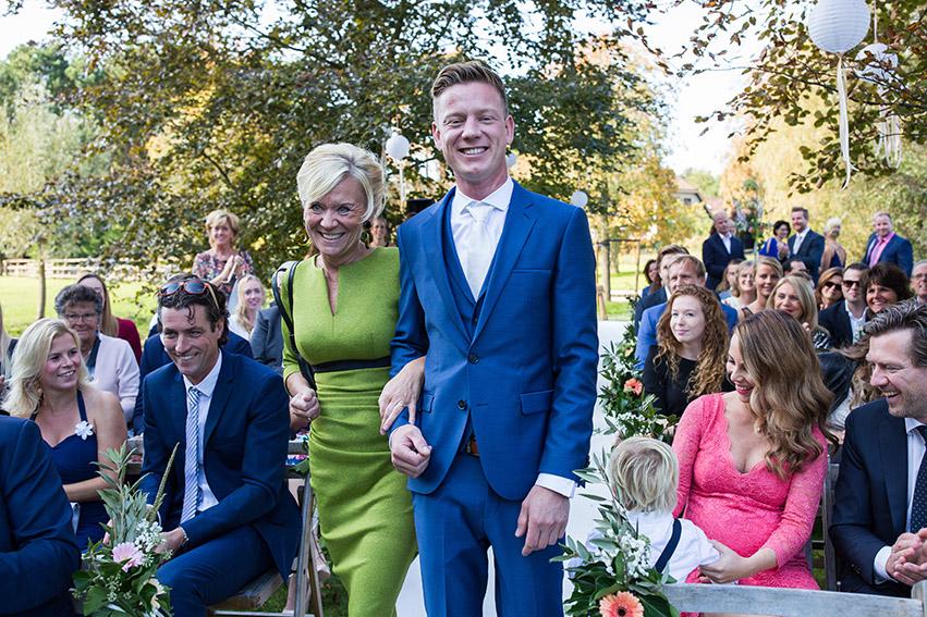 bruiloft in Castricum - FloorFoto - bruidegom met moeder