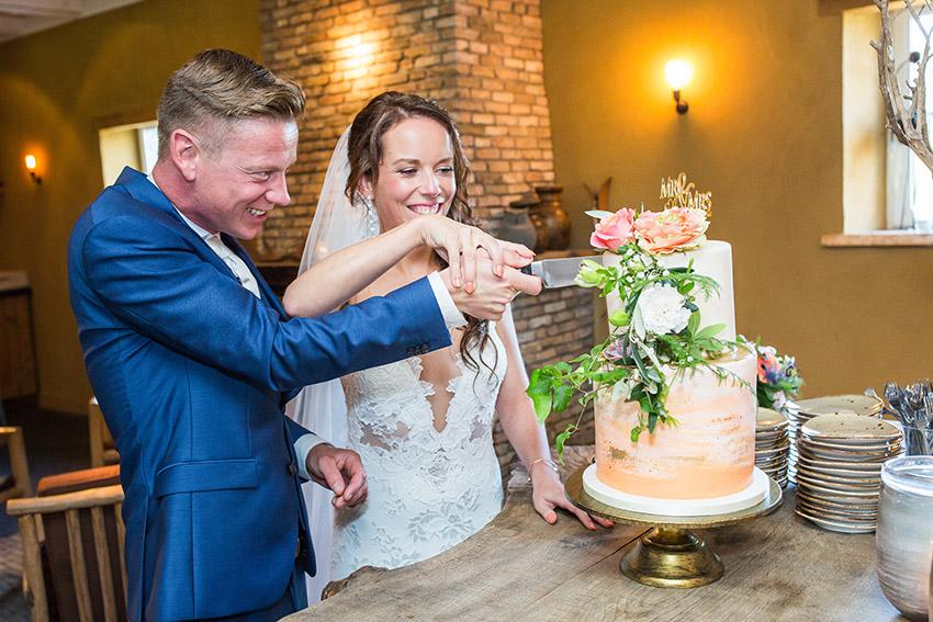 bruiloft in Castricum - FloorFoto - taart aansnijden