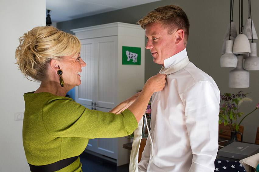 bruiloft in Castricum - FloorFoto - moeder en zoon