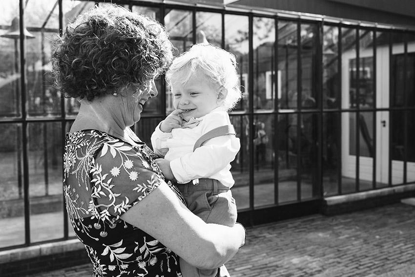 bruiloft in Castricum - FloorFoto - oma en kleinkind