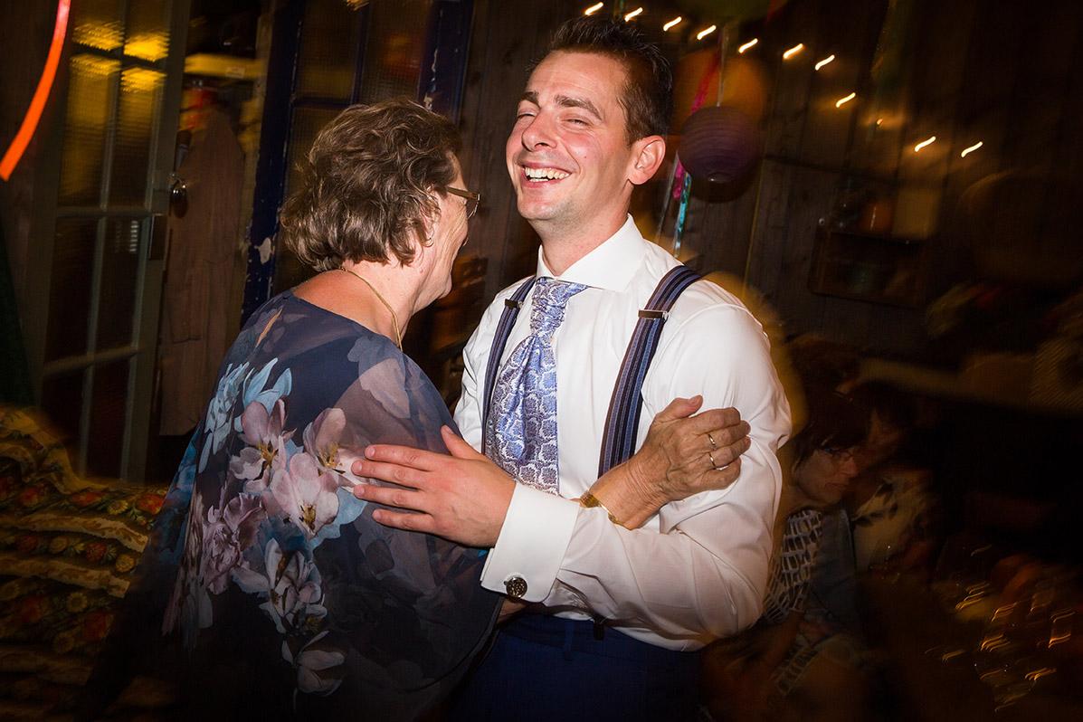 Trouwfotografie in Haarlem - bruidegom danst met moeder