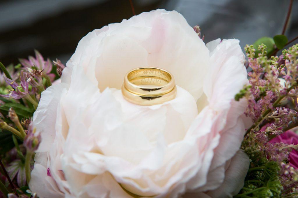 Foto van trouwring, genomen op trouwdag door bruidsfotografe FloorFoto