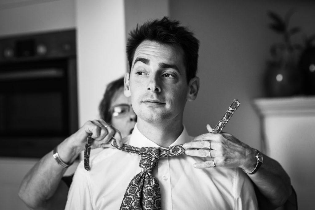 Bruidegom op trouwdag, vastgelegd door trouwfotografe FloorFoto