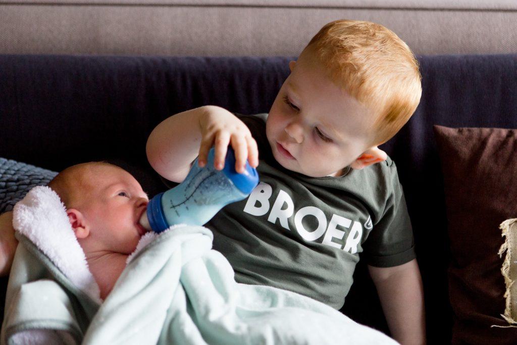 Broer en zus tijdens baby fotoshoot
