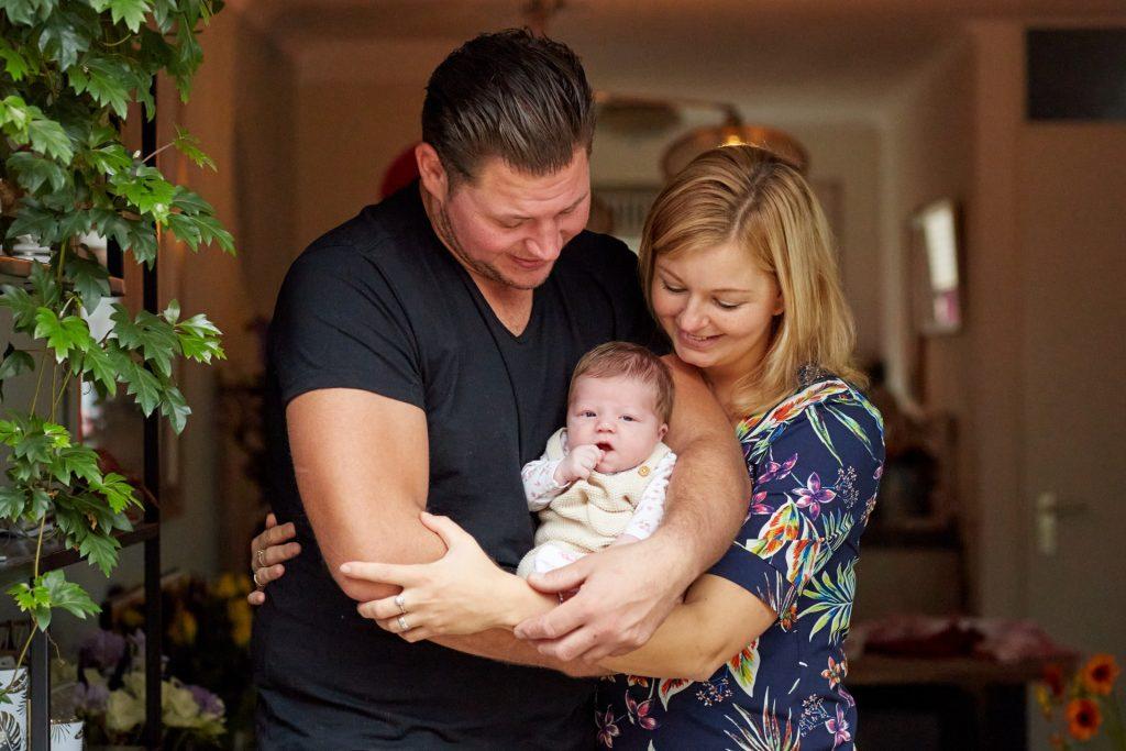 Gezin tijdens baby fotoshoot